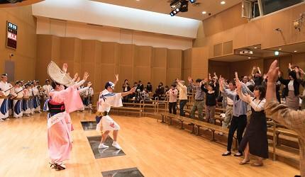 德島市官方觀光網站「Fun!Fun!TOKUSHIMA」推薦德島市自由行行程第五站「阿波舞會館」跳阿波舞全體照片
