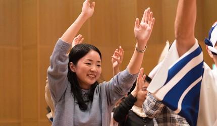 德島市官方觀光網站「Fun!Fun!TOKUSHIMA」推薦德島市自由行行程第五站「阿波舞會館」跳阿波舞一位女性的照片