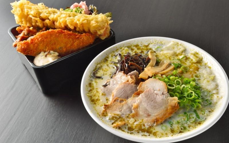 颠覆对拉面的传统想像!四国高松市「濑户内热内亚」品嚐超浓青酱豚骨拉面