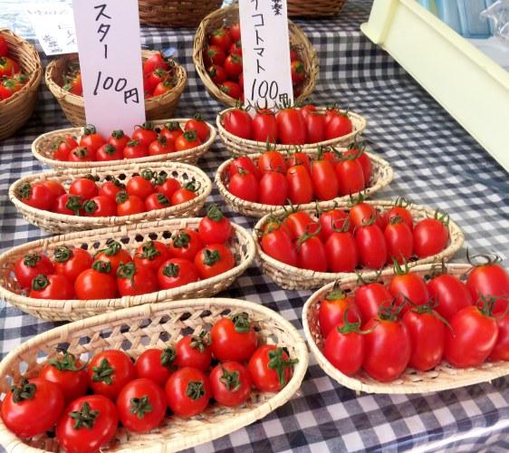 高知日曜市週日市集販售新鮮蔬果