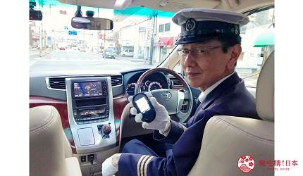 四国德岛自由行懒人法宝Novil Tokushima专车接送免找路轻松一日游的车队中的司机先生使用多种语言的wifi翻译机跟外国客人沟通