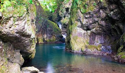 四国香川超漂亮秘境向日葵之乡「满浓町」花海打卡三霞洞溪谷看瀑布推荐推介的美霞洞溪谷的深渊奇岩怪石瀑布美景