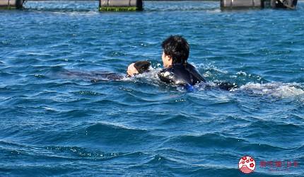 親子旅遊必去推薦四國水族館超另類騎乘海豚好刺激學校泳池養大魟魚的室戶海豚中心的騎乘海豚環池一圈體驗