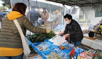 四國深度旅遊推薦推介弘人市場吃鰹魚日曜市買日本水果帶你看最道地的高知在朝市熱心招呼的婆婆