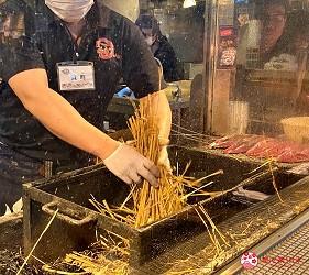 四國深度旅遊推薦推介弘人市場吃鰹魚日曜市買日本水果帶你看最道地的高知的弘人市場的必吃明神丸鰹魚半敲燒的烹調過程