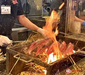 四國深度旅遊推薦推介弘人市場吃鰹魚日曜市買日本水果帶你看最道地的高知的弘人市場的必吃明神丸鰹魚半敲燒的炙燒鰹魚過程