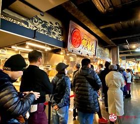 四國深度旅遊推薦推介弘人市場吃鰹魚日曜市買日本水果帶你看最道地的高知的弘人市場的必吃明神丸鰹魚半敲燒的店前排隊