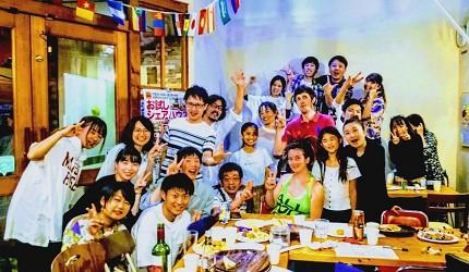 四國深度旅遊推薦推介弘人市場吃鰹魚日曜市買日本水果帶你看最道地的高知的弘人市場的LuLuLu背包客棧的住客合照