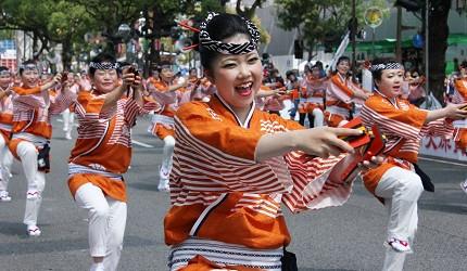 日本自由行夏天旅行必去推薦推介最好玩的夏日祭典四國高知夜來祭土佐宴客祭熱舞不停high翻天的夜來祭路況可見幾排穿橘橙色舞衣的舞孃在跳舞