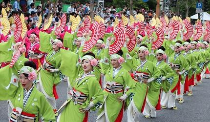 日本自由行夏天旅行必去推薦推介最好玩的夏日祭典四國高知夜來祭土佐宴客祭熱舞不停high翻天的夜來祭路況可見幾排穿綠衣的舞孃在跳舞