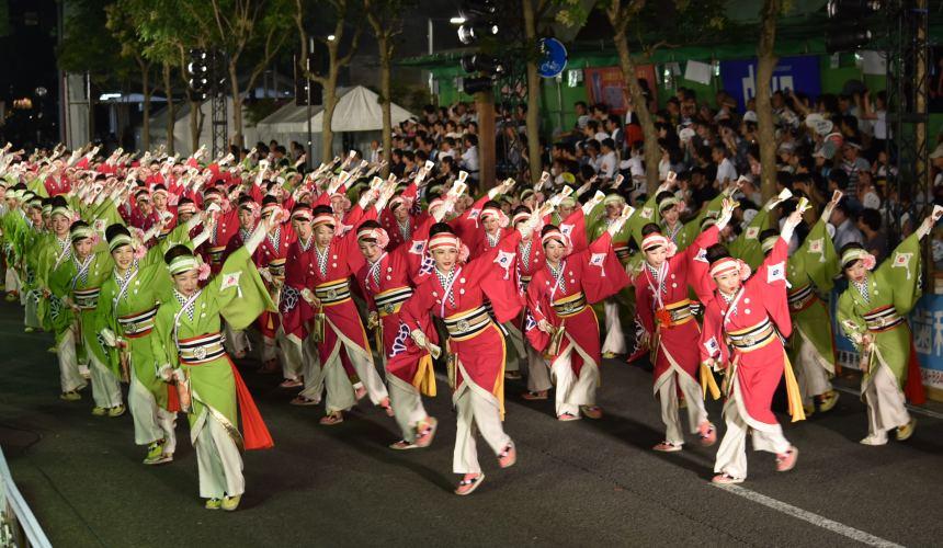 日本自由行夏天旅行必去推薦推介最好玩的夏日祭典四國高知夜來祭土佐宴客祭熱舞不停high翻天的夜來祭路況可見幾排穿紅跟綠衣的舞孃在跳舞